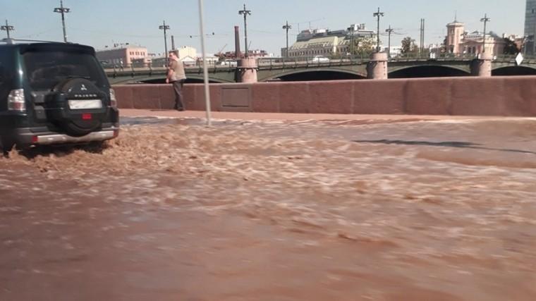 НаПетроградской набережной образовалась пробка из-за прорыва трубы