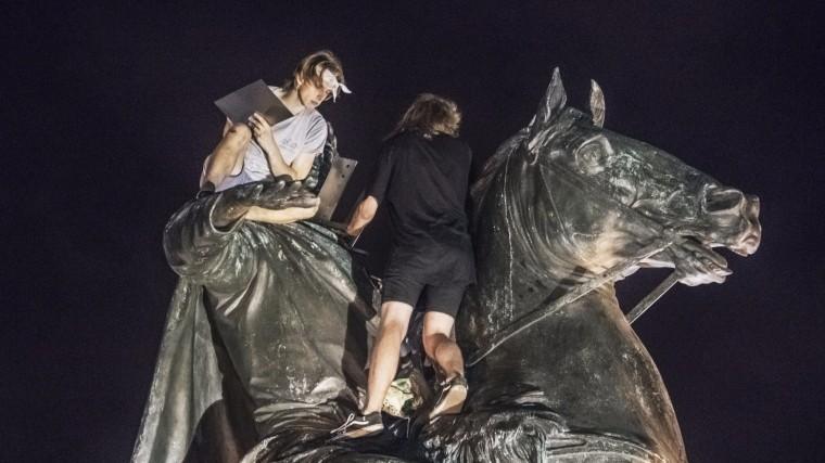 Вандалы хотели пожарить шашлыки на«Медном всаднике» вПетербурге— фото