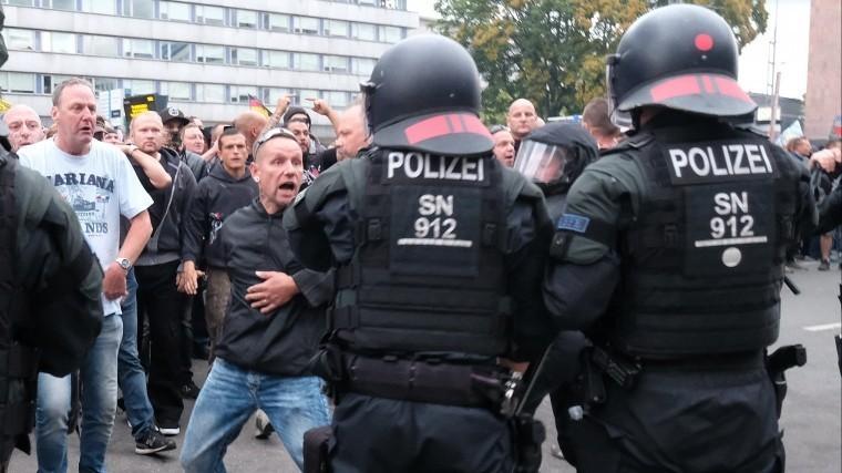 Несколько человек получили ранения входе протестов навостоке Германии