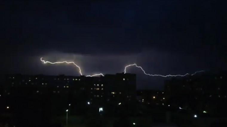 «Страшно красиво»: гроза смолниями прошла через Москву