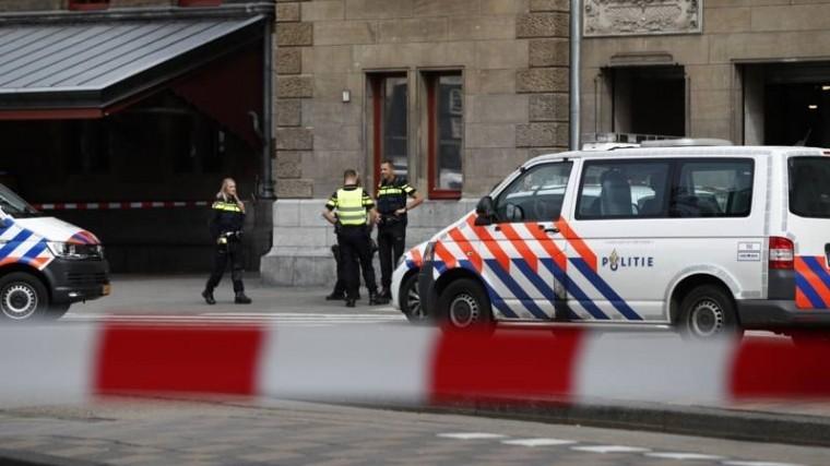 Неизвестный напал сножом напосетителей вокзала вАмстердаме