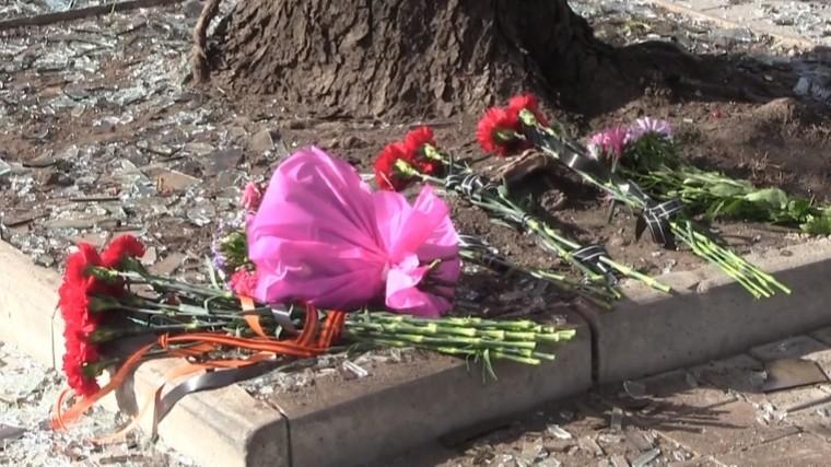 жители донецка несут цветы месту взрыва кафе погиб