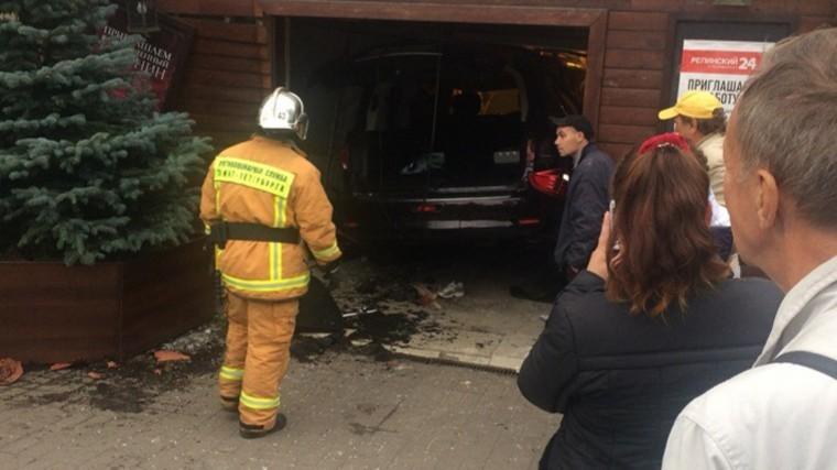 женщина погибла колесами машины протаранившей магазин петербурге