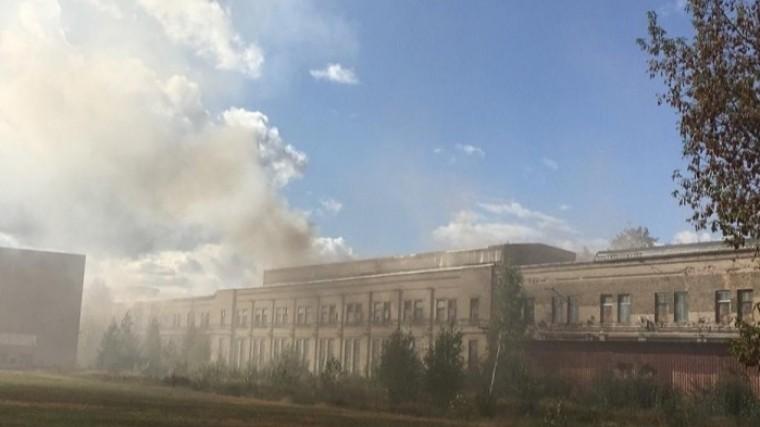 ВРиге несколько часов тушат крупный пожар наскладе