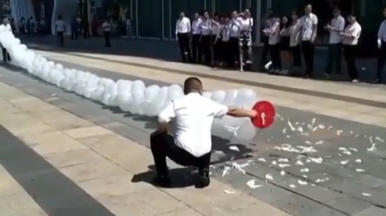 Уничтожение сотни воздушных шаров за10 секунд— видео