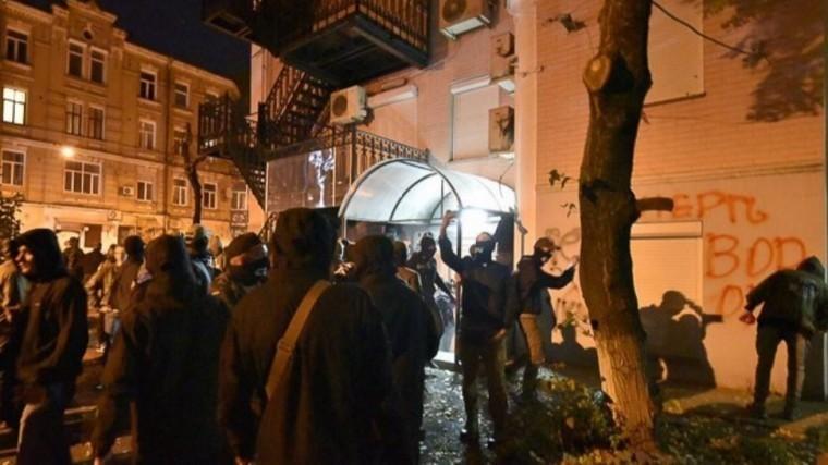 Радикалы разгромили офис Виктора Медведчука вКиеве