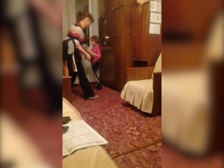 Приемная мать избила ребенка