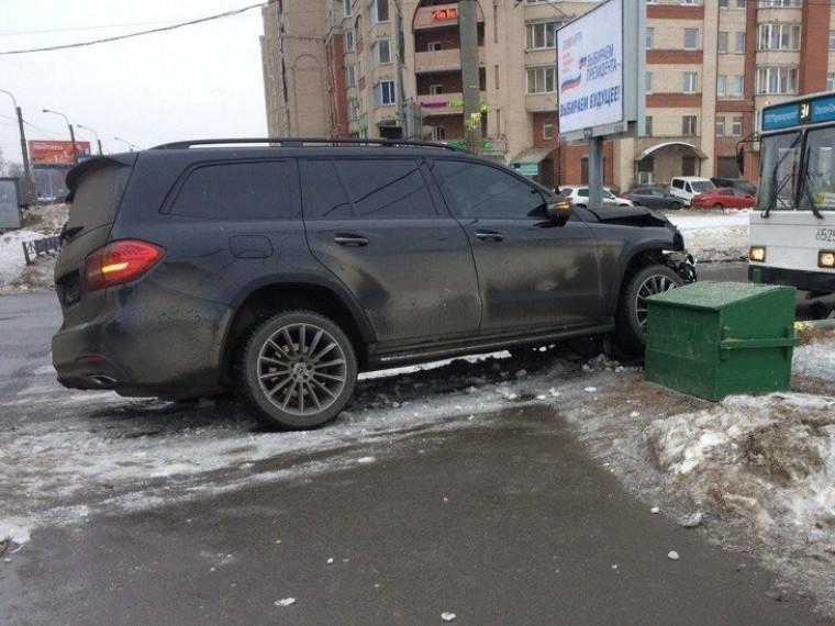 Внедорожник протаранил светофор напересечении Богатырского иКоломяжского проспектов