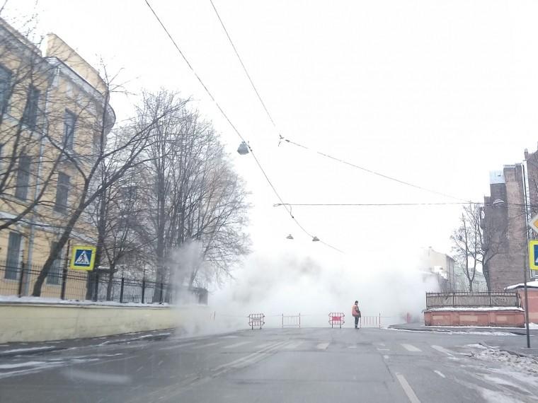 Трубу сгорячей водой прорвало всамом центре Петербурга— фото сместа