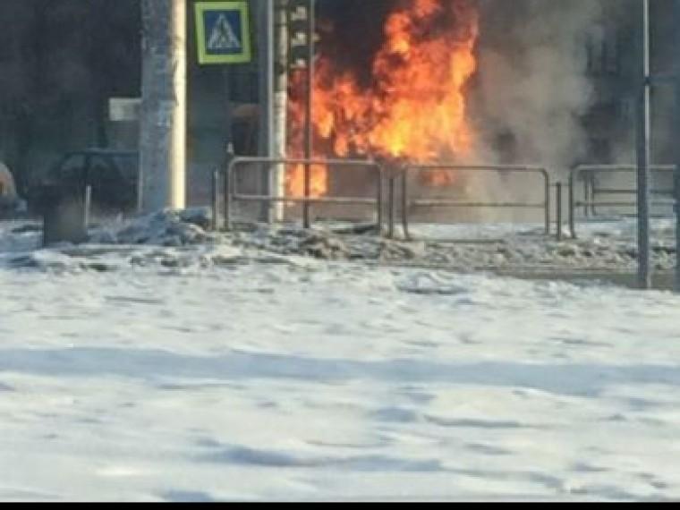 ВМагнитогорске посреди дороги загорелся маршрутный микроавтобус