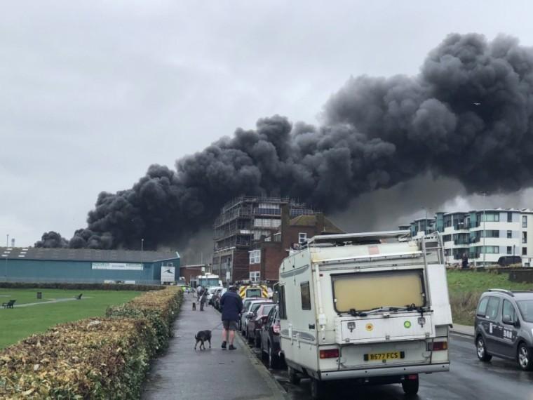 Черные клубы дыма ивзрывы: вВеликобритании полыхает порт