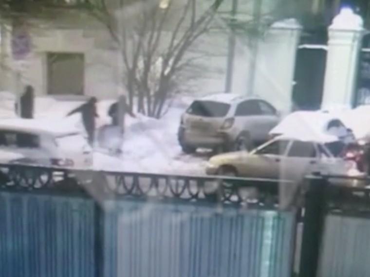 Золото еле влезло вбагажник: грабители ювелирного салона вМоскве попали навидео
