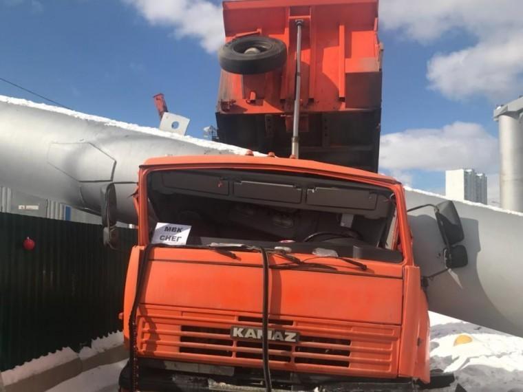 ВМоскве из-за падения огромной трубы на«Камаз» погиб человек