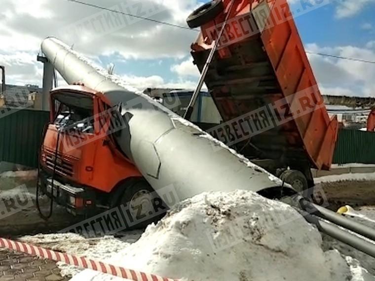 Появилось видео сместа смертельного падения строительной трубы на«Камаз»