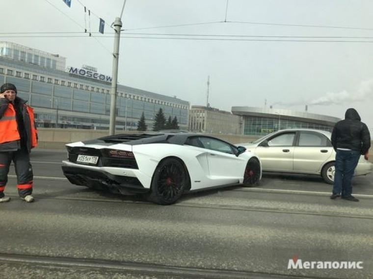 Очевидцы публикуют кадры аварии с«пустым» Lamborghini вцентре Петербурга