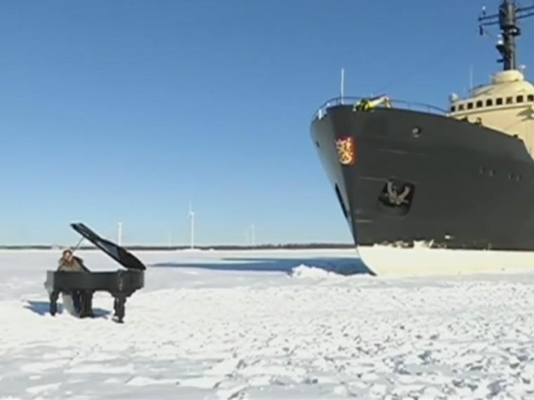 Пианино, пианист иледокол среди льдов Балтийского моря. Необычный концерт