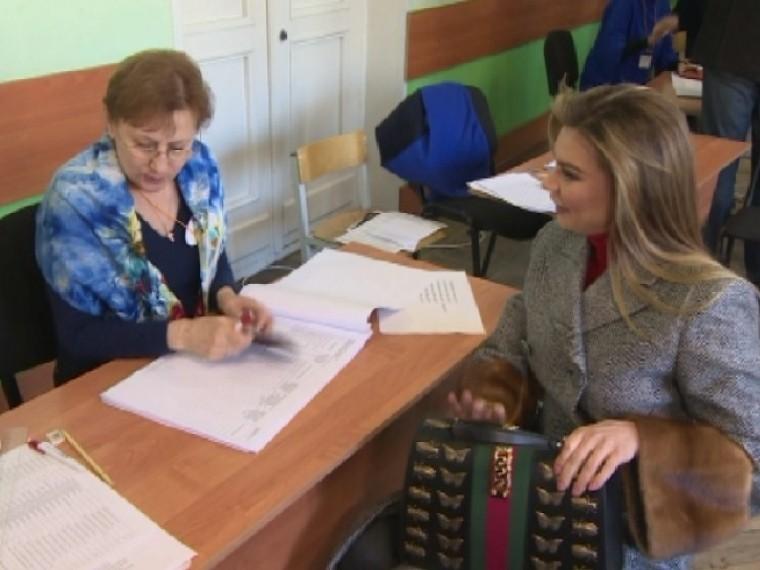 Алина Кабаева проголосовала наВыборах-2018— видео
