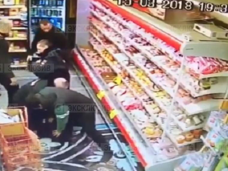 Жесткое избиениеполицейских вором встоличном супермаркете попало навидео