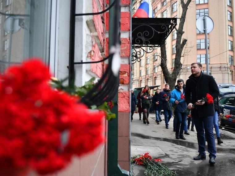 ВМоскве люди несут цветы впредставительство администрации Кемеровской области
