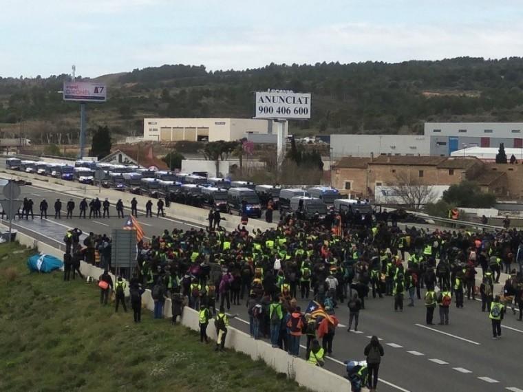 Каталонцы перекрыли трассы из-за ареста Пучдемона— людей разгоняют дубинками