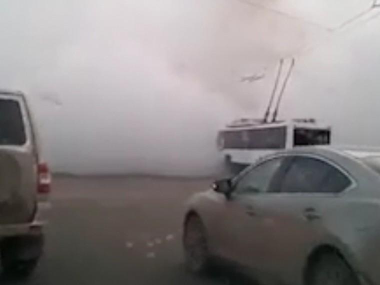 Огромный фонтан кипятка забил прямо посреди автодороги вКемерово