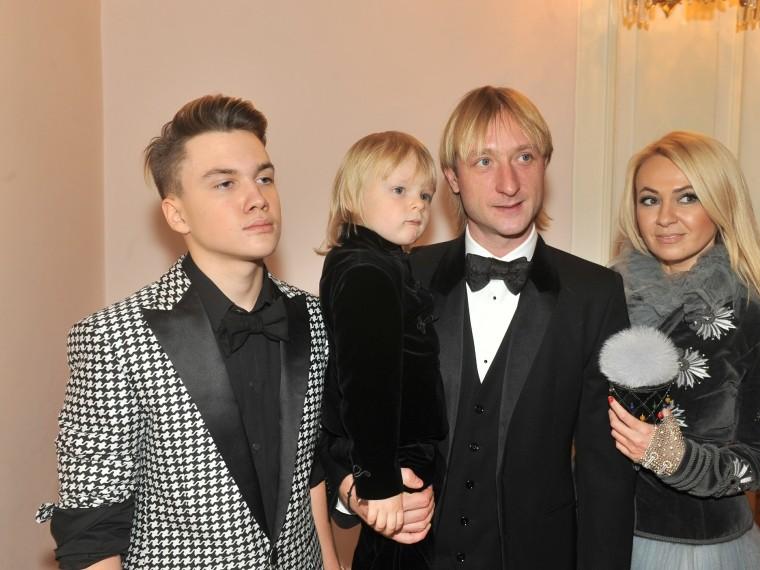 Средний сын Рудковской регулярно сидит «поддомашним арестом»