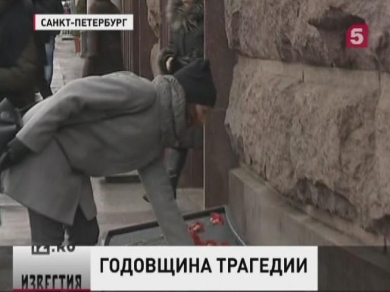 Трансляция: Жители Петербурга несут цветы исвечи кстанции метро «Технологический институт», где год назад прогремел взрыв