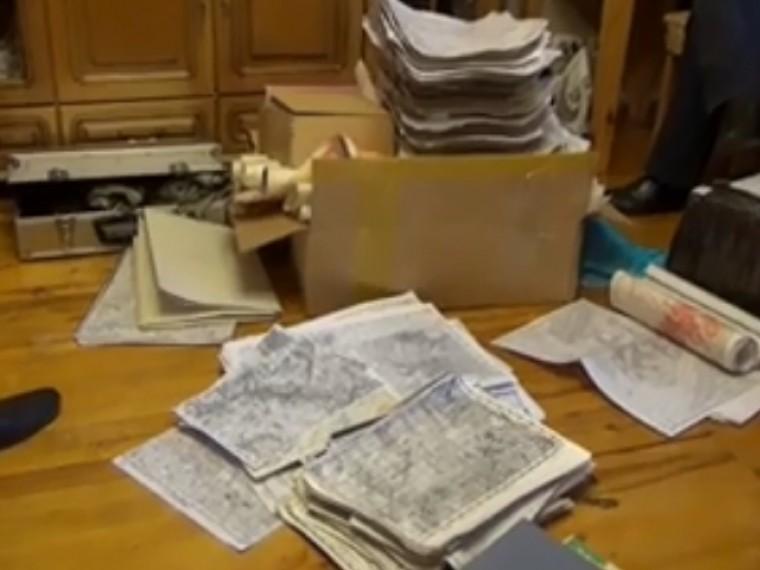 Видеообысков вквартире шпионов, планировавших поставлять иностранцам секретные российские карты
