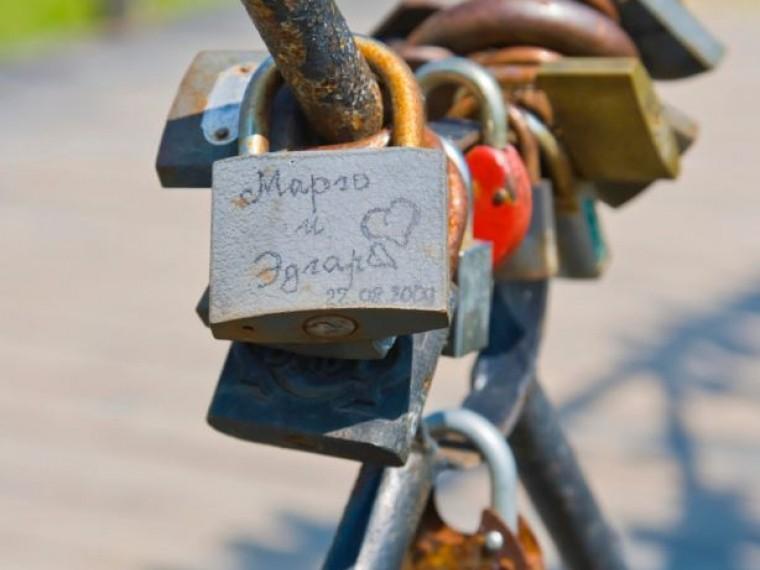 Петербургских молодожёнов просят нецеплять коградам мостов замки