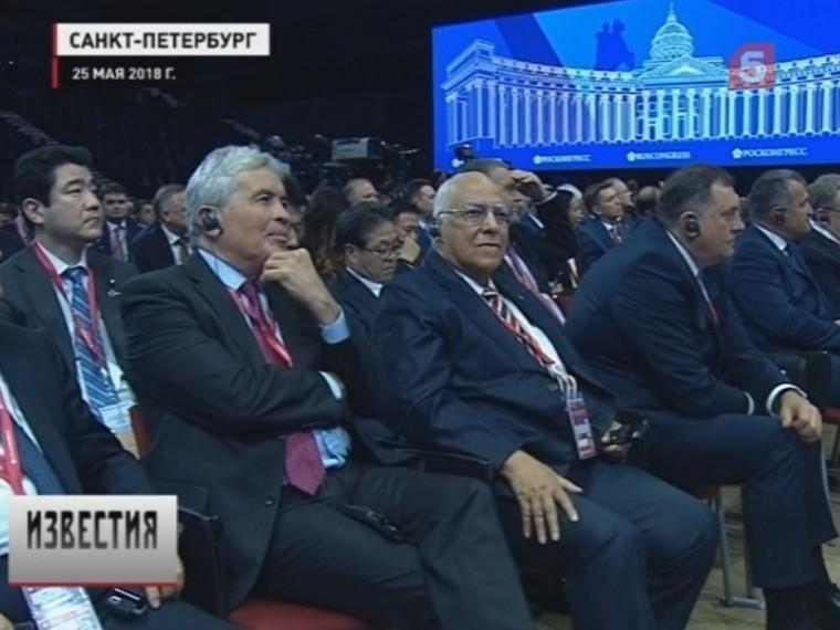 Россия готова строить экономику доверия— наПМЭФ встретились Путин, Макрон иАбэ