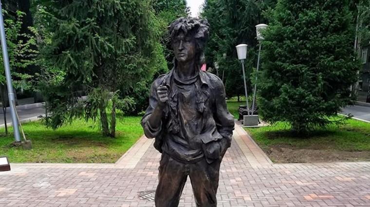 Памятник Виктору Цою вдень его рождения установили вАлма-Ате