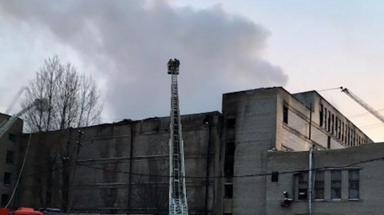Здание «Ленфильма» горит на юго-западе Петербурга