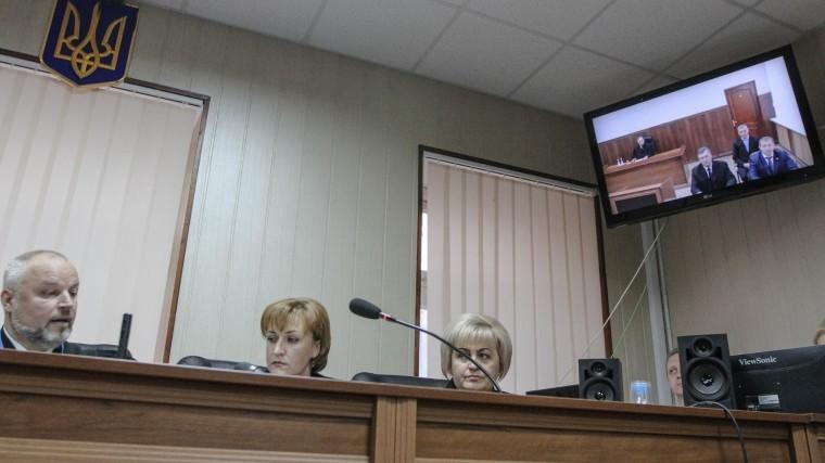 Адвокаты Януковича подрались сполицией вкоридоре суда