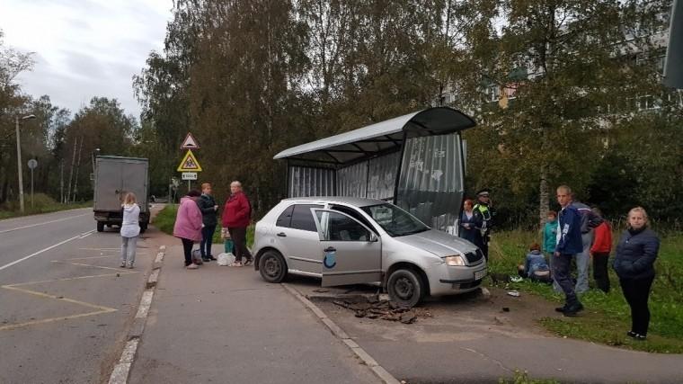 Иномарка протаранила автобусную остановку под Петербургом— есть пострадавшие