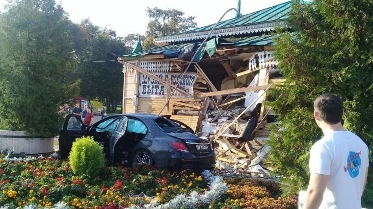 Автомобиль врезался в стену Музея городского быта в Угличе