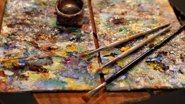 Очарованный картиной лабрадор-искусствовед умилил пользователей сети— видео